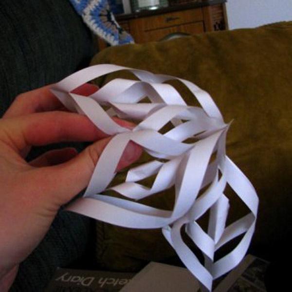 3548580825721a7aea9c14252c852a62 Объемные снежинки из бумаги своими руками, с эффектом 3D, в форме шара и звезды, с использованием старых газет и втулок от туалетной бумаги