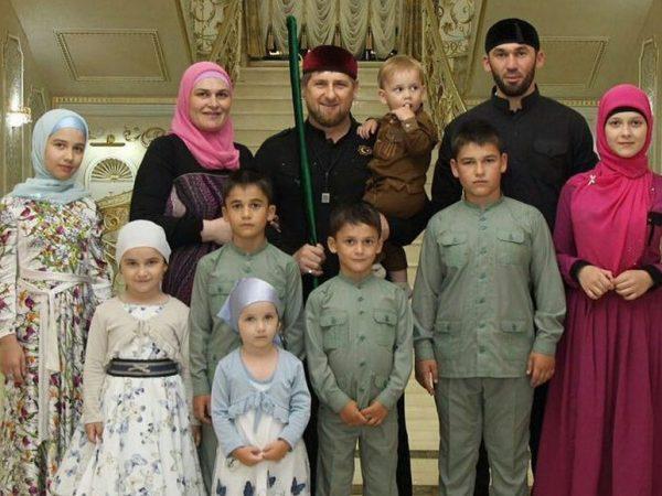 Р. Кадыров с женой и детьми