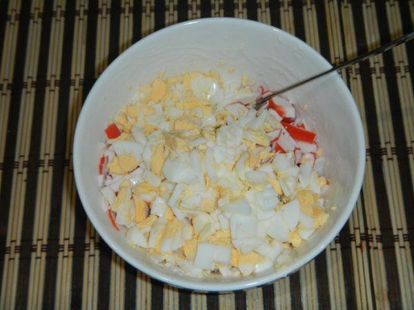 Добавить мелко порезанные яйца
