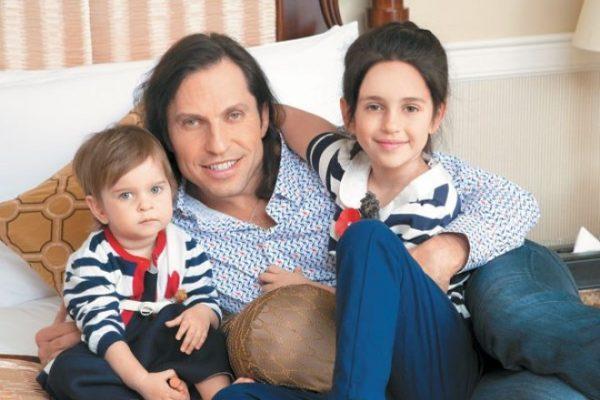 Актер со своими дочерьми