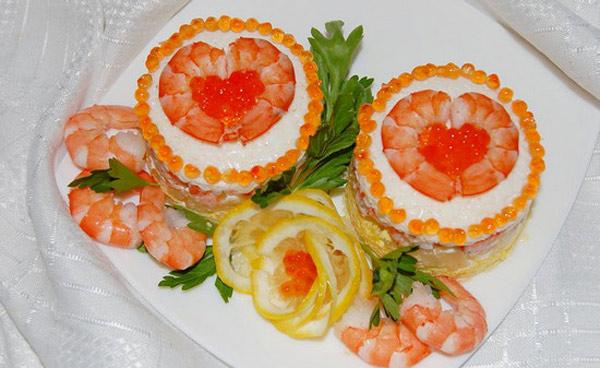 Оригинальная подача салата из кальмаров