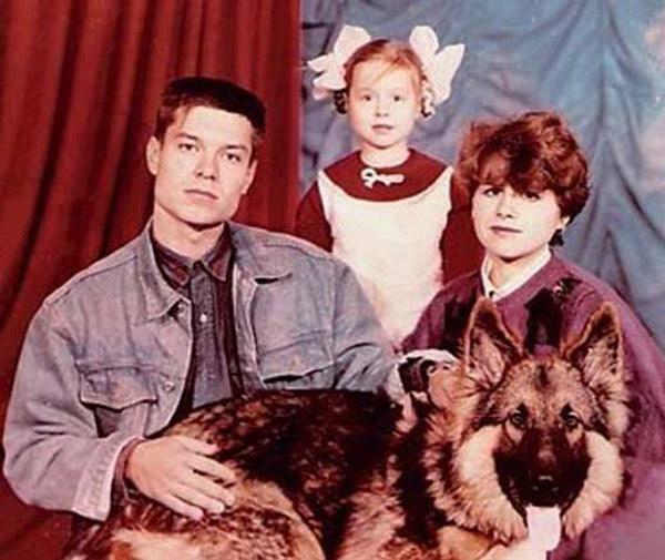 Детские фото певицы с родителями