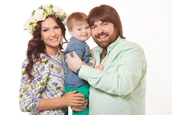 Александр Семиин и Эвелина Блёданс с сыном