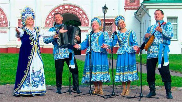 """Во время концерта с музыкальным коллективом """"Росы"""""""