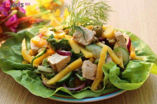Салат с копченой курицей, моцареллой и манго
