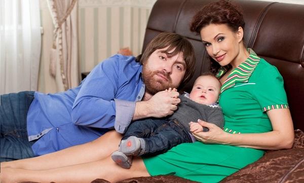 С мужем и новорожденным сыном