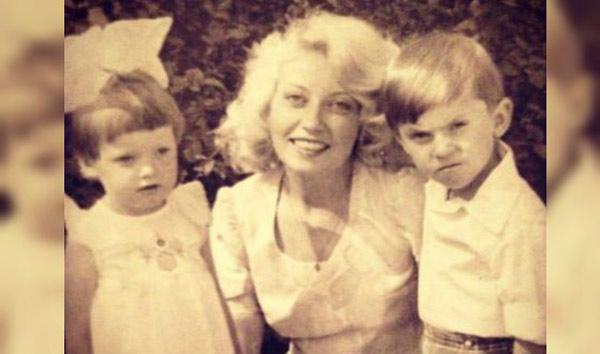 Будущий актер в детстве с мамой и сестрой Наташей
