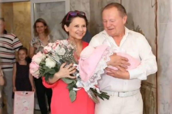 Актер со своей женой во время выписки из роддома