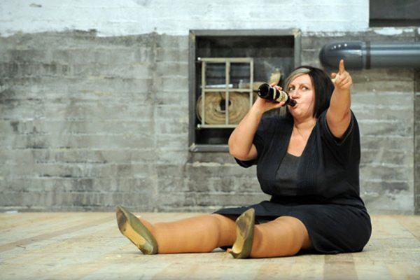 Актриса на сцене театра