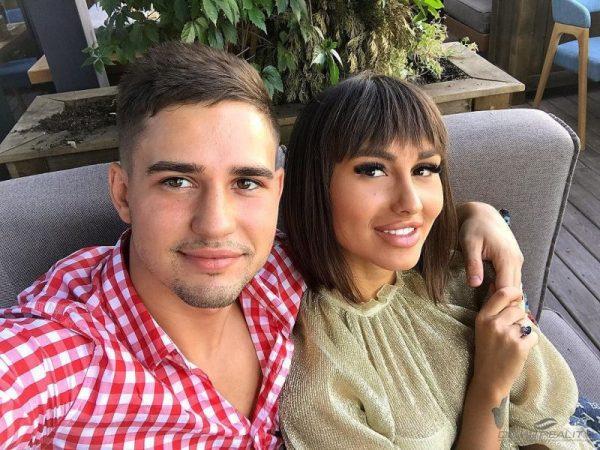 Девушка встречается с Захаром Саленко
