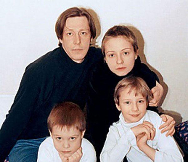Никита Ефремов в детстве со своими родителями и братом