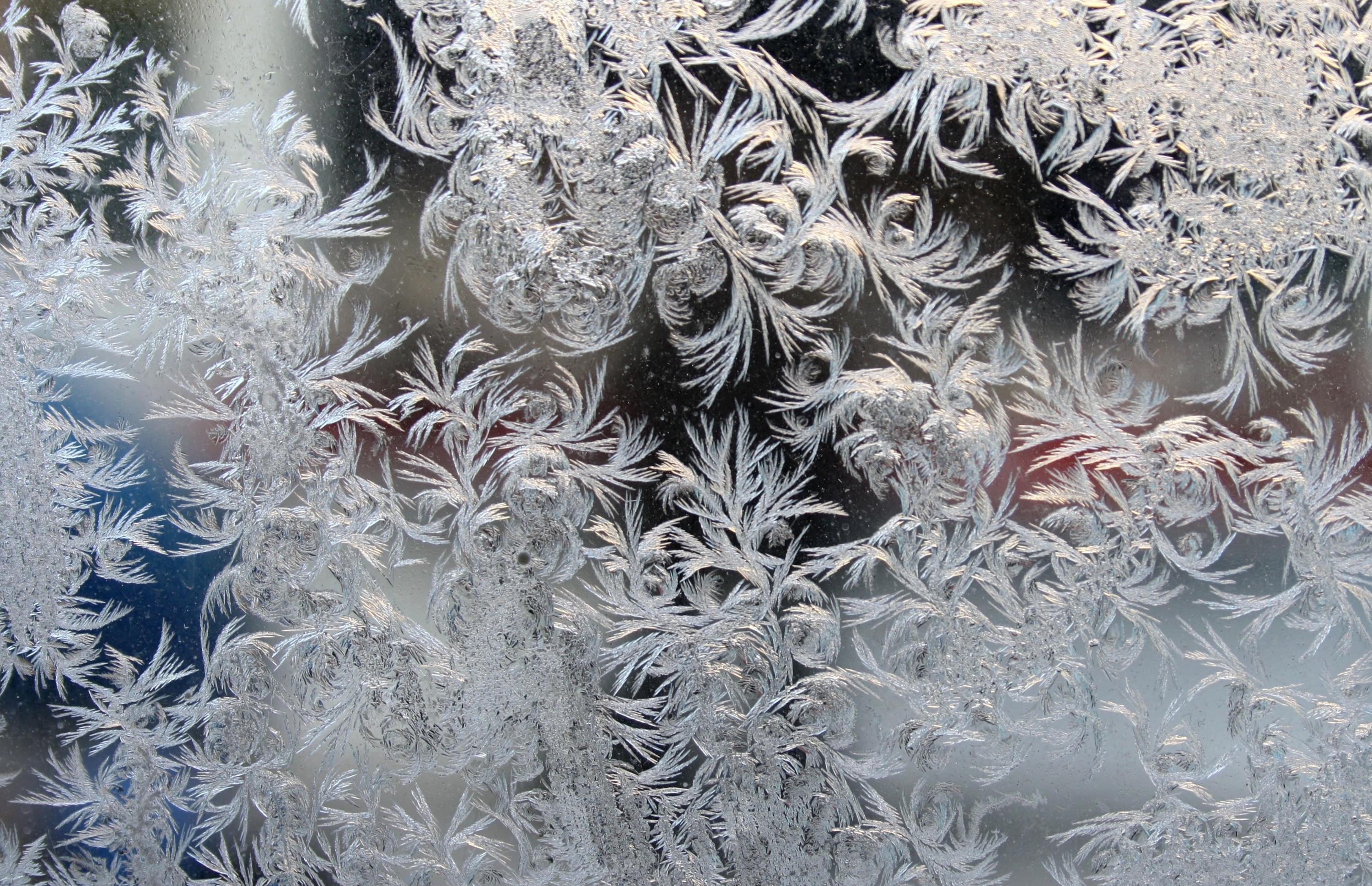Сахарные узоры на окнах с использованием трафарета