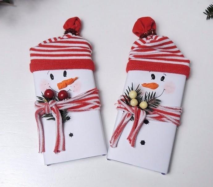 На коробки конфет и шоколад можно просто надеть шапочки и шарфики, приклеить глазки и новогодний подарок готов