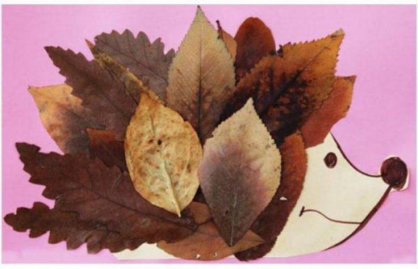 Композиция из бумаги и листьев
