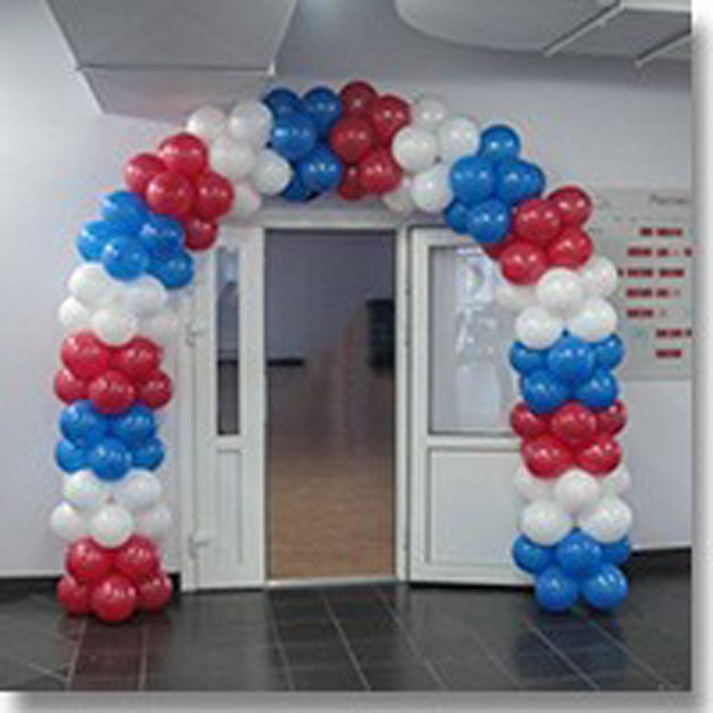 Традиционное украшение двери в офисе аркой из шаров