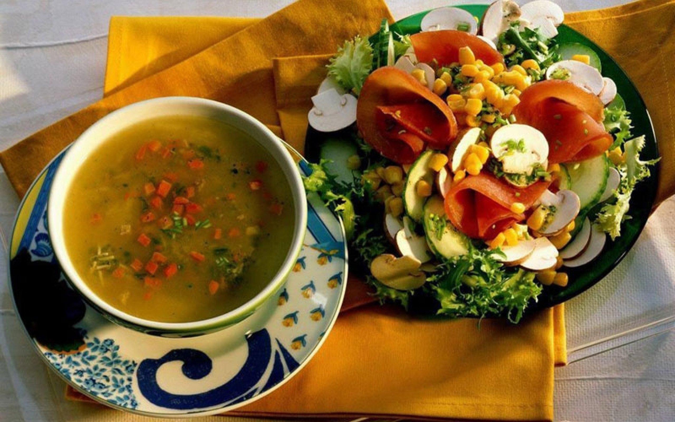 Похлебка и салат - главные блюда Рождественского меню