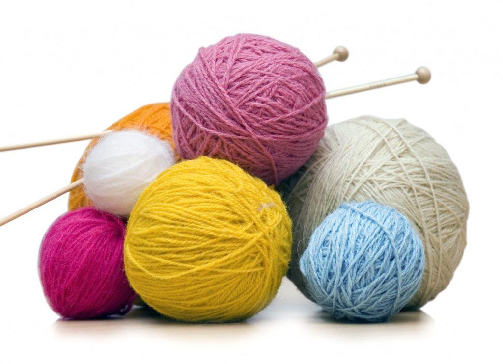 Нитки и иголки для вязанья