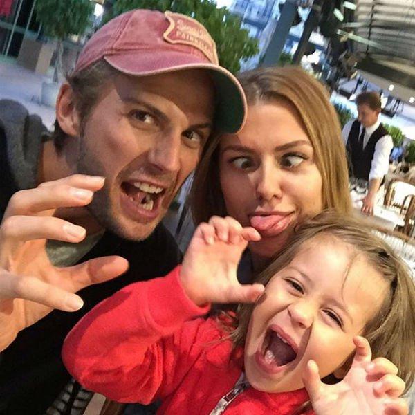 На фото: Вика и Алекс с на прогулке с дочерью