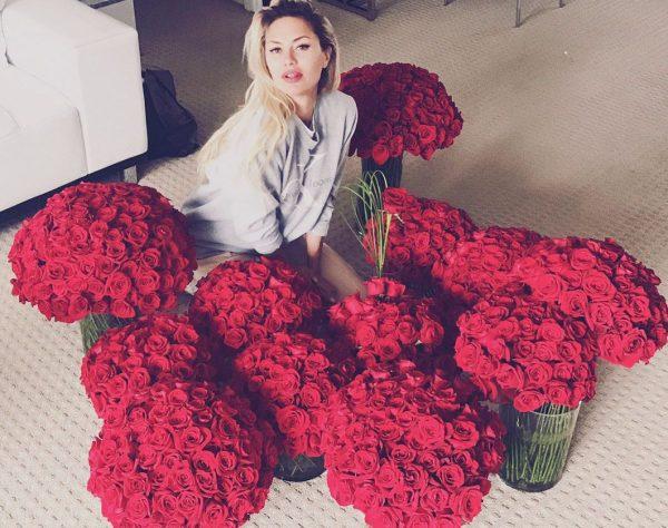 Виктория Боня с цветами от нового возлюбленного