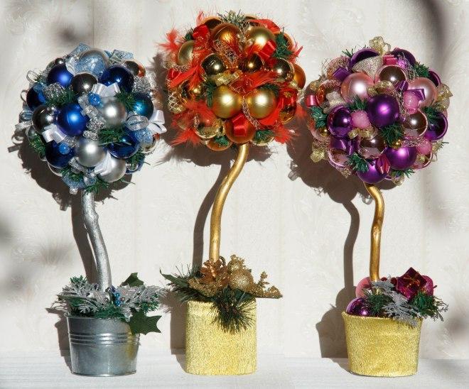 Красивые топиарии из елочных игрушек