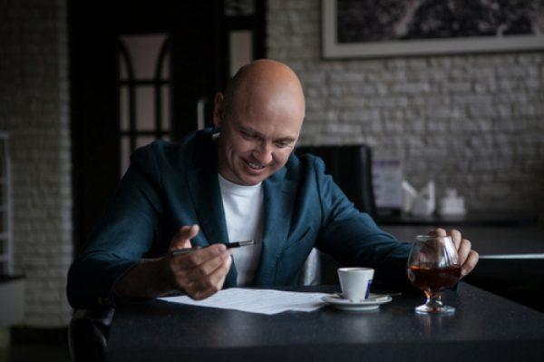 Известный музыкант раздает автографы