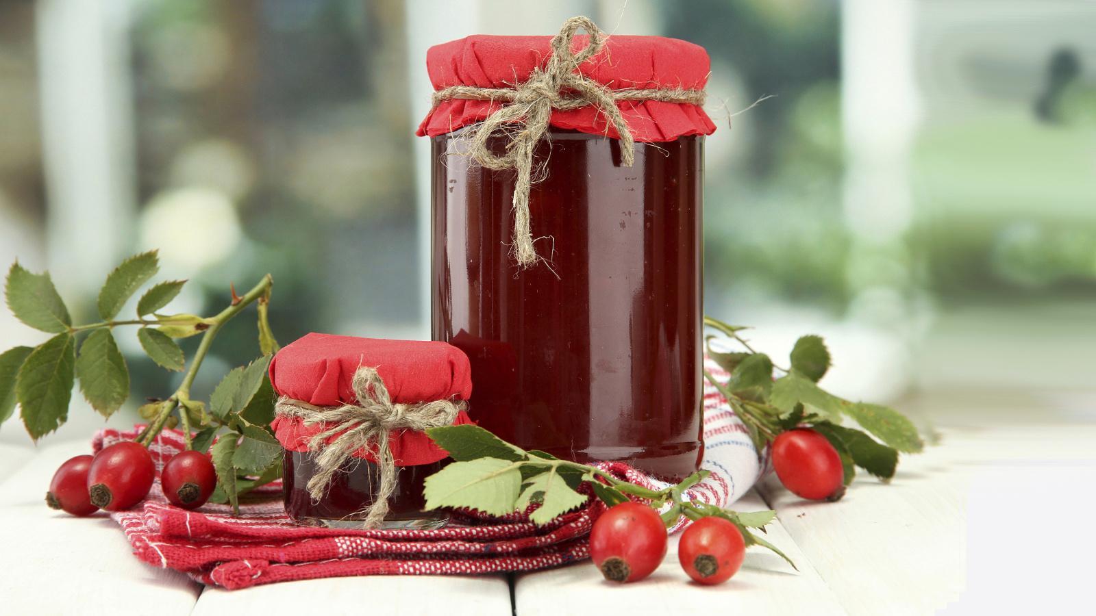 Варенье из плодов шиповника можно с успехом заготовить на зиму