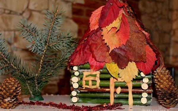 Красивый домик из листьев