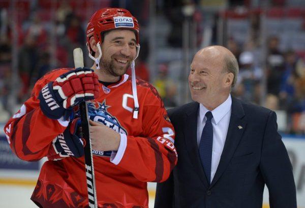 Известный спортсмен на льду со своим тренером