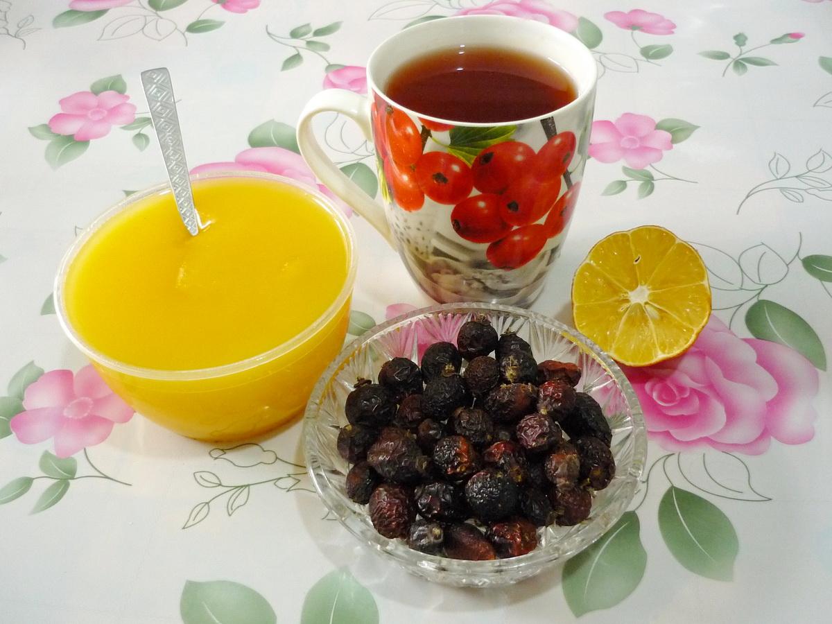 Чай из шиповника с лимоном не только обогатит организм витаминами, но и поднимет настроение