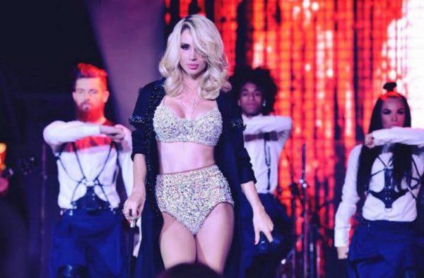 Певица во время выступления на сцене