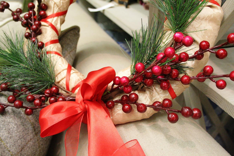 Рождественский венок своими руками можно выполнить в стиле элегантной простоты