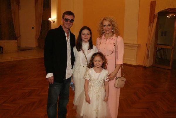 Илья Древнов с женой, падчерицей и дочькой