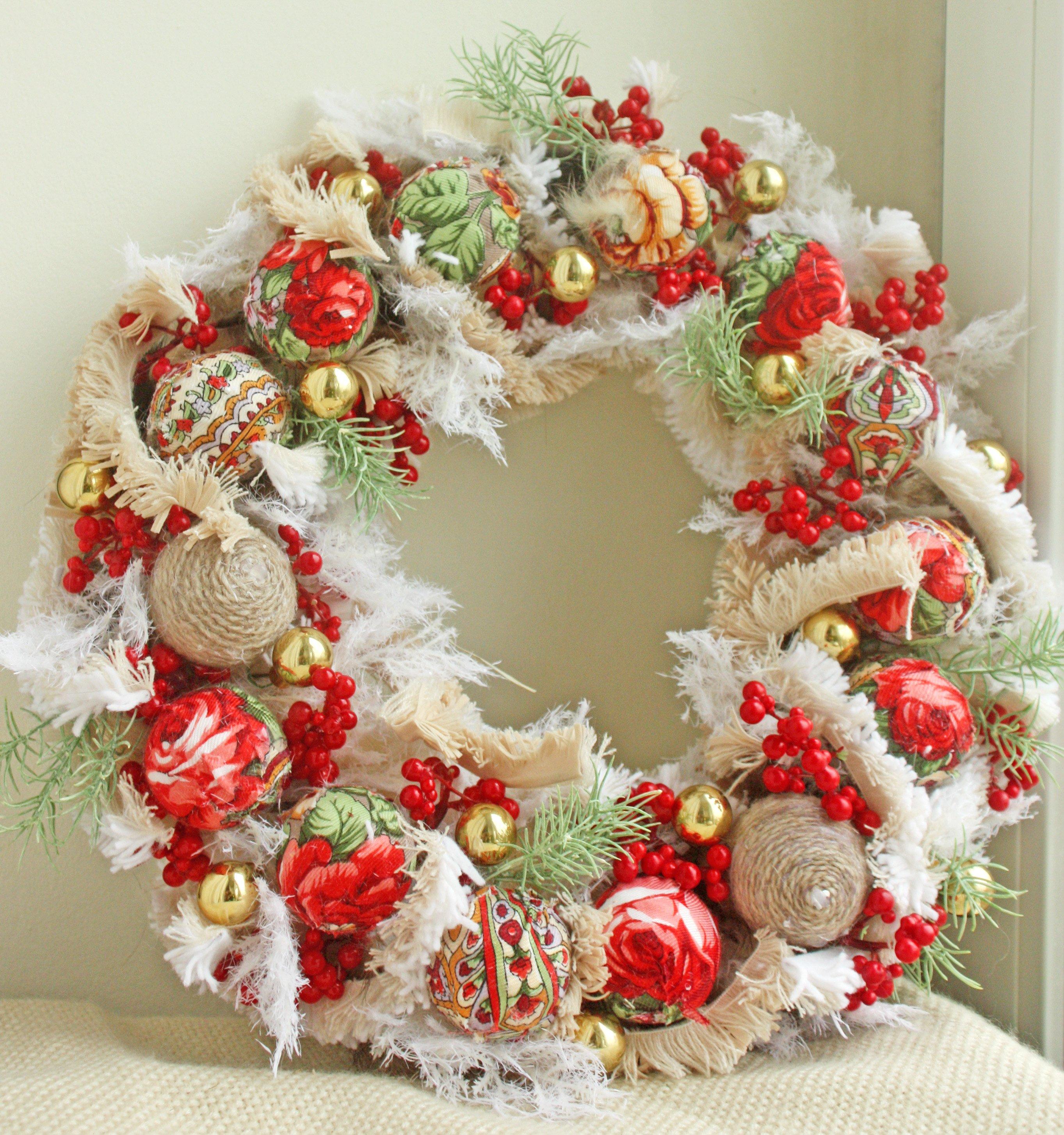 Яркое исполнение рождественского венка