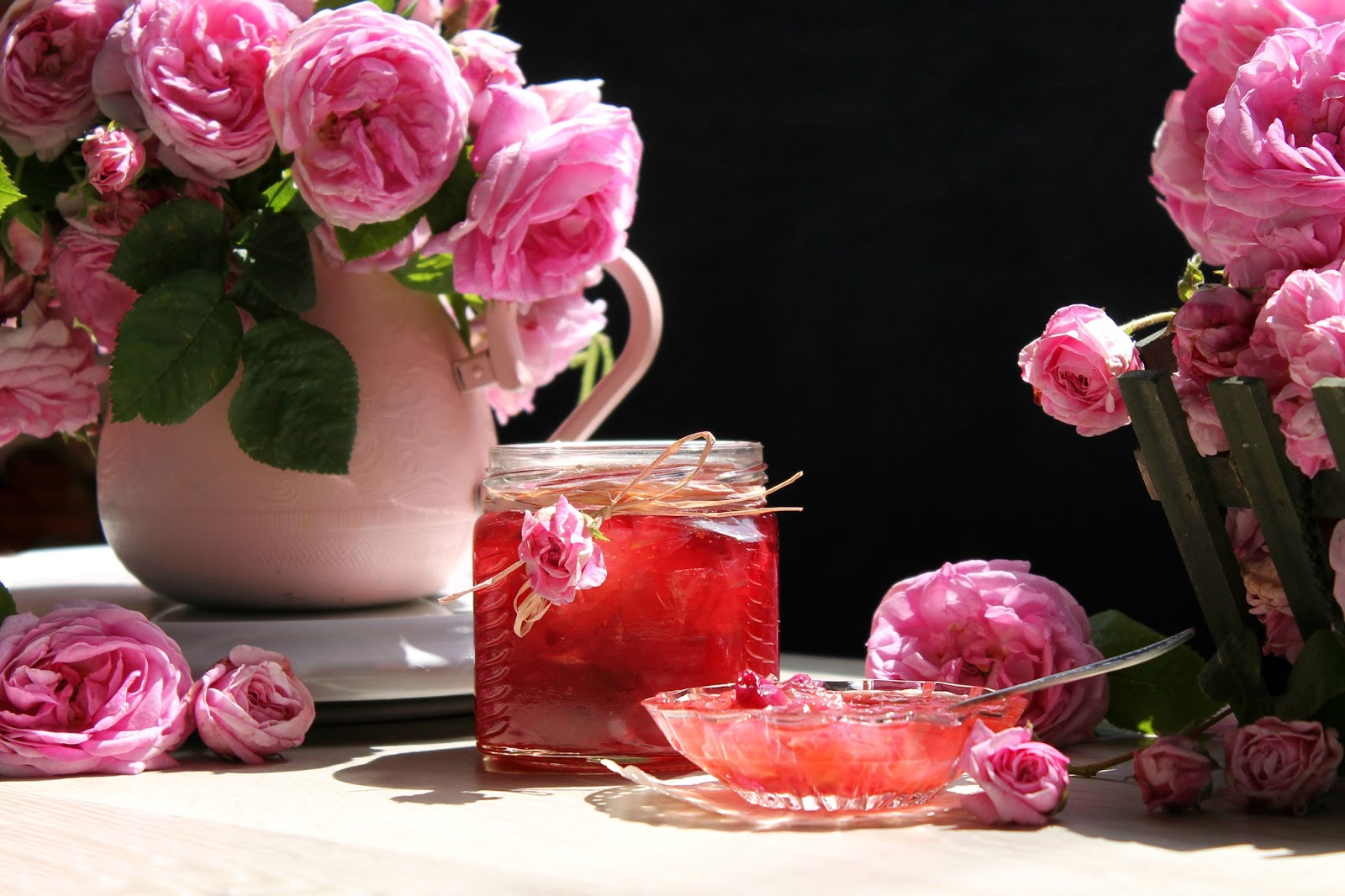Из лепестков Розы (ботаническое название шиповника) получается ароматное и вкусное варенье