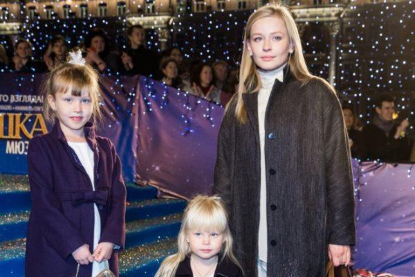Юлия Пересильд с дочерьми, рожденными от известного режиссера