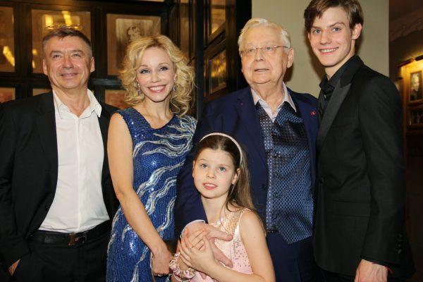 Олег Табаков с женой и детьми, без Александры