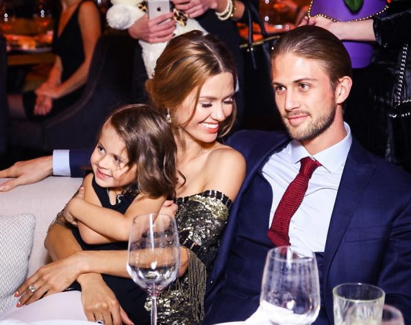 На фото: Виктория и Алекс с дочькой