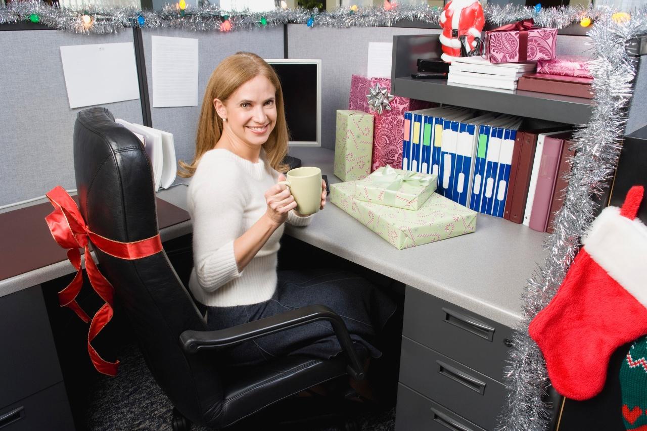 Даже использование небольшого количества элементов декора на каждом рабочем месте, создаст необходимое новогоднее настоение