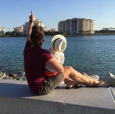 Певец на отдыхе со своим сыном