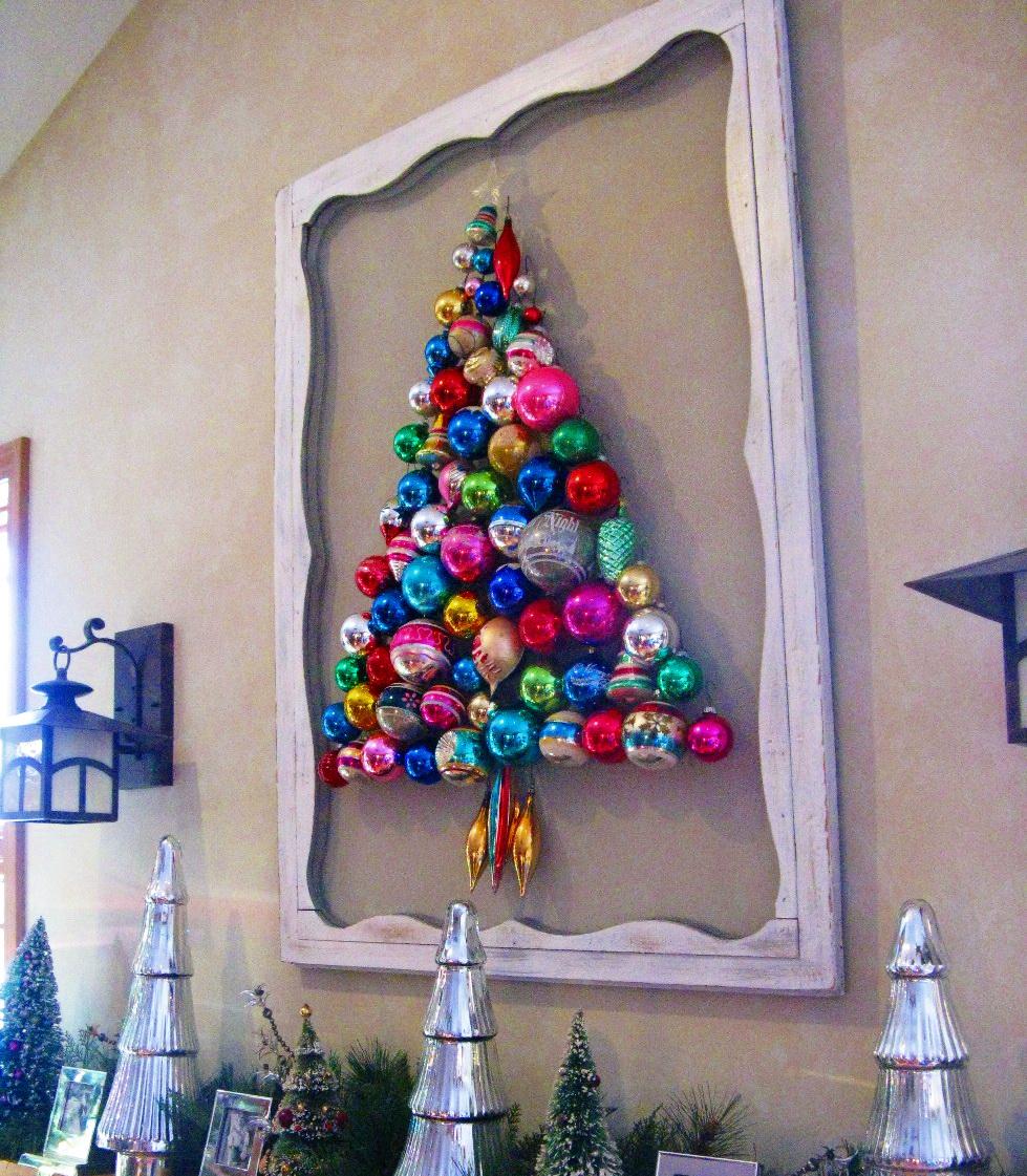 Стилизованная елочка на стене офиса