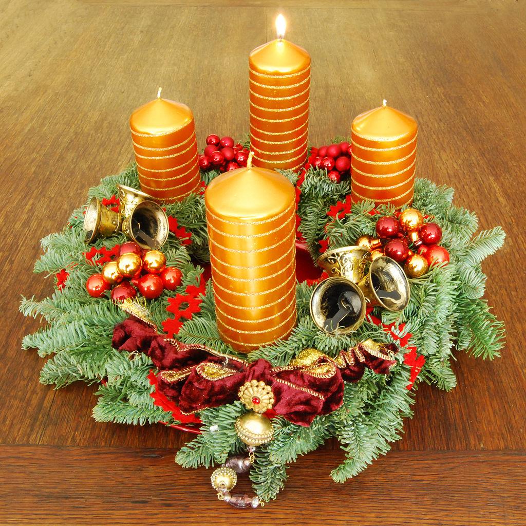Четыре свечки - непременный атрибут классического рождественского венка