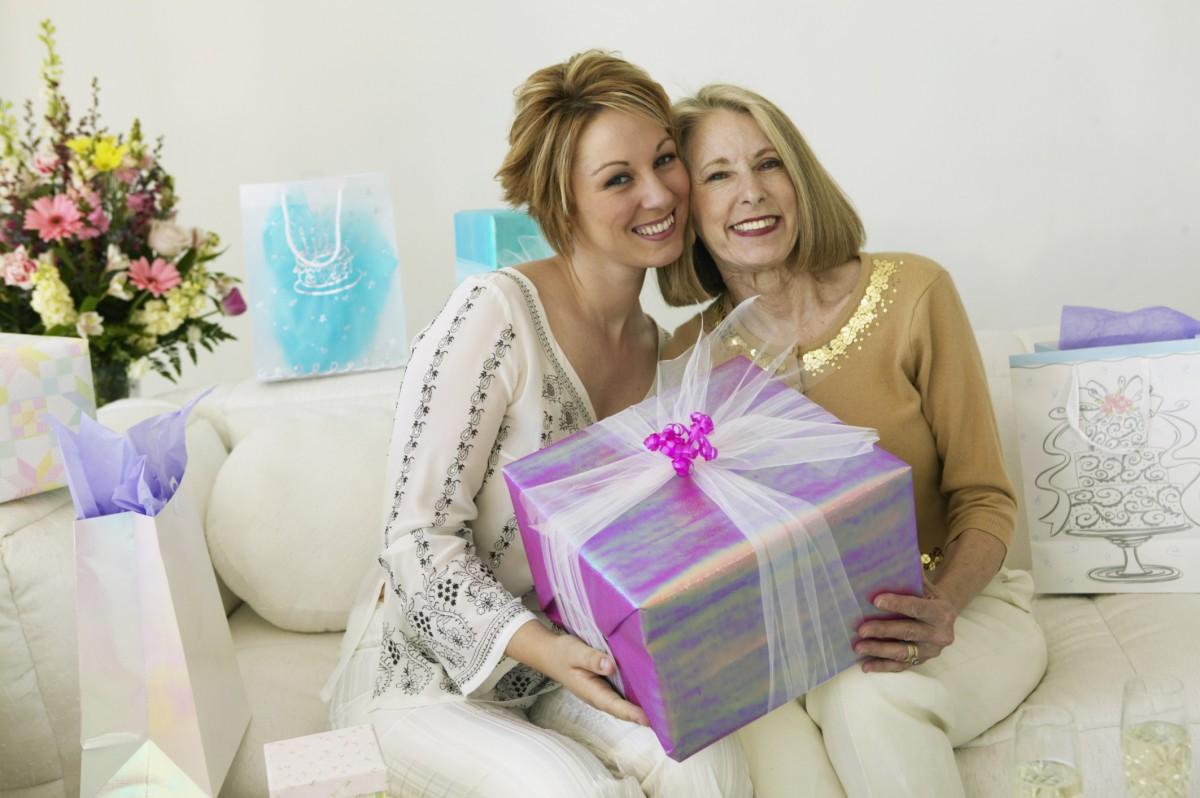 Какое счастье, когда мама рядом и можно подарить ей новогодний подарок