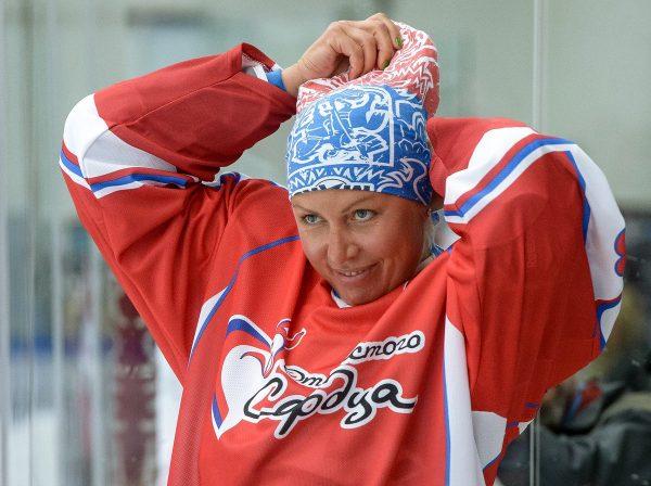 Наталья Рогозина играет в хоккей
