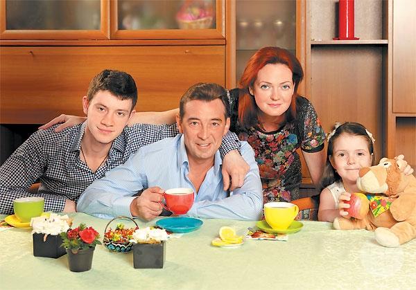 Николай Добрынин с женой и детьми