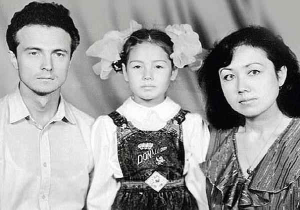 Ляйсан Утяшева в детстве с родителями