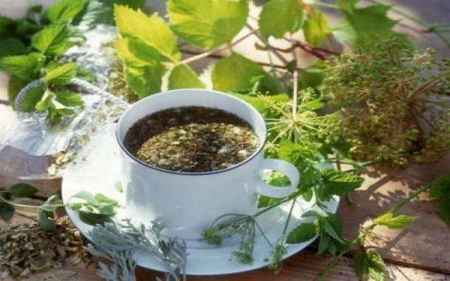 Напиток из целебных трав не только очистит кишечник в домашних условиях, но и укрепит организм