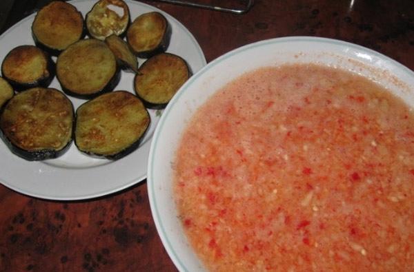 Приготовить заливку из предварительно измельченных овощей