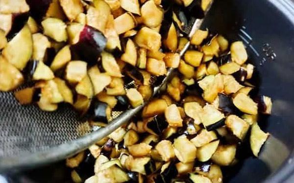 Измельченные баклажаны обжарить на сковороде