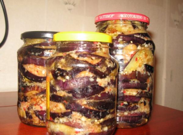 Залить баклажаны острой заливкой чередуя слои