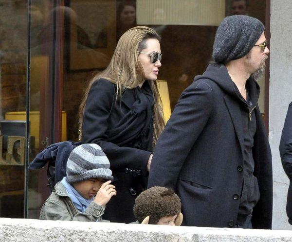 Анджелина Джоли и Брэд Питт на совместной прогулке с детьми после развода